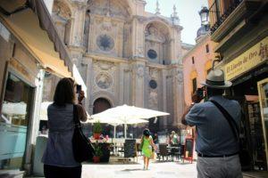turistas-fotografiando-la-catedral-de-granada
